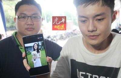 陈群英出示妹妹生前认为最美的照片。