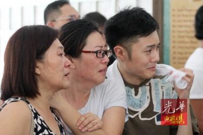当陈群欣送进焚化炉时,母亲(左二起)和哥哥已压抑不住泪水。