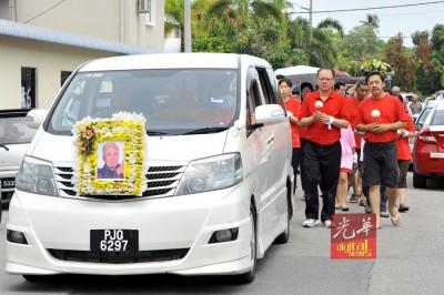 105岁人瑞洪敏出殡,逾百亲友穿红衣送别。