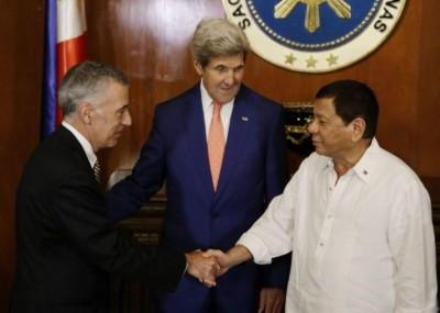 菲律宾总统迪泰特(右)重新公开发飙,上周怒骂美国驻菲大使古德伯格(左)。