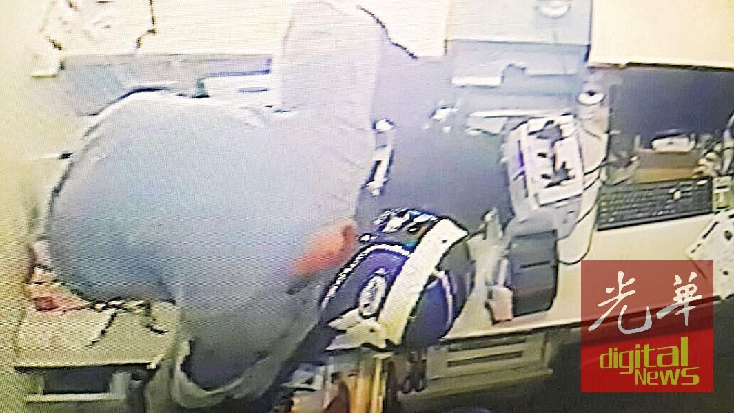 闭路电视画面显示,匪徒抢走在柜台的现钞。
