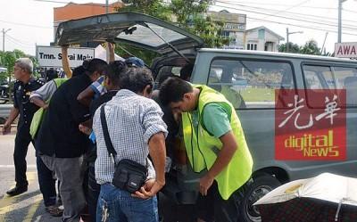 群众将伤员抬上客货车以送往诊所急救。