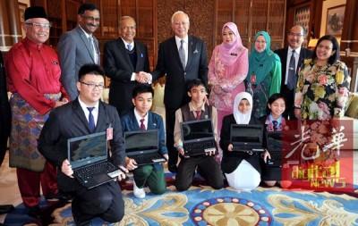 纳吉与砂州首长丹斯里阿德南(左3)与受惠的砂州中五生合照,学生代表包括佐纳丹(左起)、杰拉尔、阿菲夫、丽雅娜与丹尼斯莎。左2为卡马拉纳登;右4为教育部秘书长丹斯里玛蒂娜。