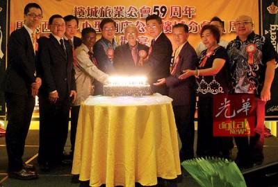 林民利(中)、庆委会主席吴乃庆(右4)、吕启泰(右3)、邓章耀(左5)、罗棋(左4)和一众嘉宾,共切喜糕。