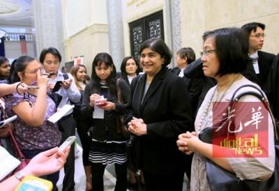 安美嘉(右2)跟玛丽亚陈(右1)看上诉庭判决为标志性判决,连对未来集会自由的熏陶深远。