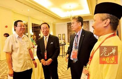 """林冠英(左)在祖西迪(右)陪同下,与参与""""第34届亚洲文化推广联盟论坛""""的代表们交流。"""