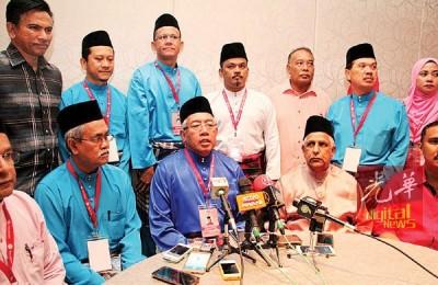 玛哈兹卡立为巫统峇都加湾区部代表大会主持开幕。