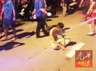 肇祸男子被群众带回第二现场教训。