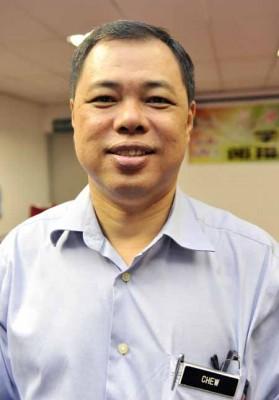 周永富呼吁在校师生明晚一起观看决赛,为其校友陈炳顺打气。