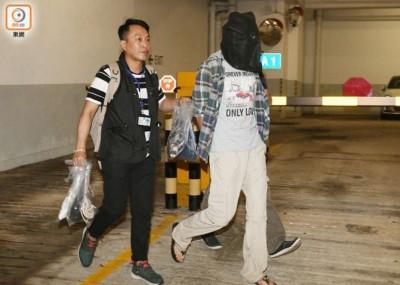 警方在机场内逮捕嫌犯。