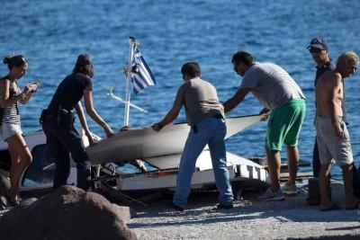 观光船残骸被移上岸。