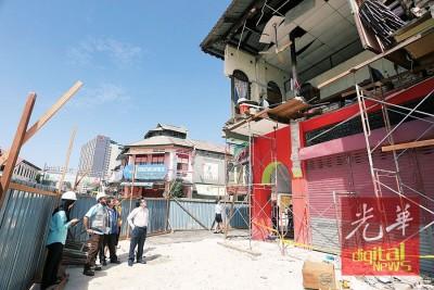 大马建筑工业发展局人员和承包商对塌楼事件进行评估。