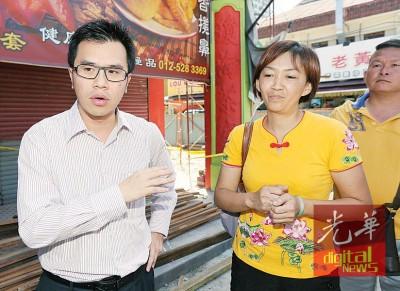 翁翰东(左)向周淑珍讲述赔偿问题新进展。