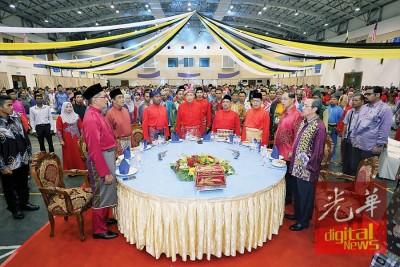 阿末扎希(左4)周三于江沙与霹雳州国阵及巫统开斋节晚宴,所上嘉宾包括霹雳州从大臣拿督斯里称赞比里。