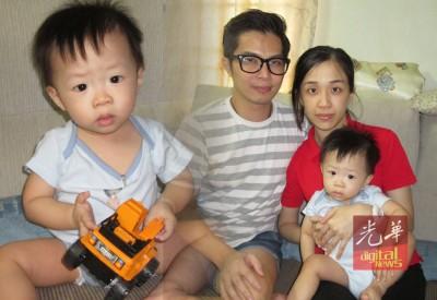 李曜麟(左)和家人周佩霖(右)、些微晟珲(遇)谢谢读热心人士慷慨献捐。