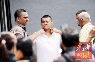 沙兹文获准保释后,换上白色T衫准备离开法庭。