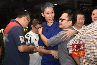 每当李宗伟失利后,朋友们纷纷为李宗顺(右2)抱安慰。