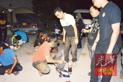 马来男子将身上所有物品拿出来让执法员检查,包括一罐哥冬水。