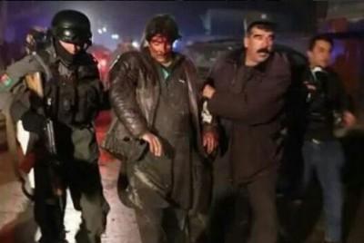 军警扶持一名伤员离开现场。