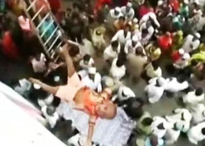 村民会把婴儿由庙宇的天台抛下,并以床单在下面接着他。