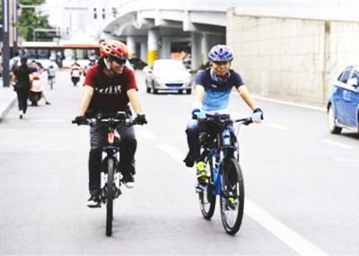 张峰(右)与好友踩脚踏车由成都前往西藏拉萨。
