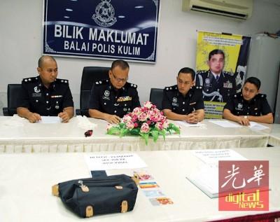 阿都拉(左2)在建功警官陪同下,召开发布会。