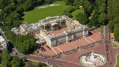 一名中国留学生在鞋内藏刀闯入白金汉宫,扬言刺杀英女皇。