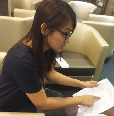 莫慧娟出示医药费单据,表示爸爸的医药费高昂。