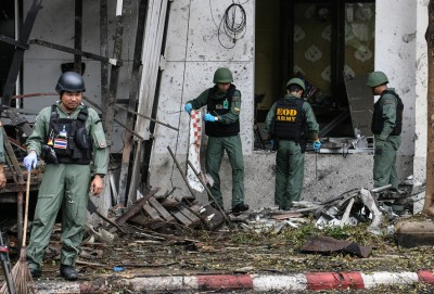警方拆弹小组在酒店外爆炸现场搜证调查。(法新社照片)