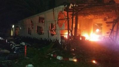 建筑物及汽车被焚毁。(马新社照片)