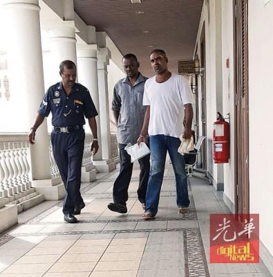 两名被告承认结伙抢劫罪名,各被判坐牢两年半与鞭笞一下。