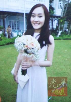 陈群欣身穿最美白色礼裙。