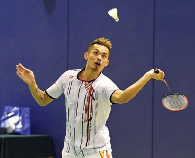林丹在香港体育学院献艺,与当地小将吕俊玮搭档跟张楠对战双打。