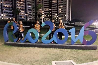 (右起)温可微、吴柳萤、郑清忆和许嘉雯日前在里约选手村内的景点合影。