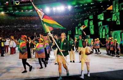 柯丝蒂·考文垂在里约奥运开幕式为津巴布韦代表团撑旗入场。