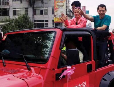 许淑净(前右2)在教练蔡温义(前右)陪同下,搭乘吉普车在云林游街,与乡亲分享荣耀。