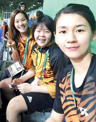 各自结束里约奥运征途的大马女将们,包括获得女子3米跳板决赛第10名的吴丽颐(左)也跑来羽球场馆,与郑清忆和温可微一起为男双吴蔚昇/陈蔚强加油。