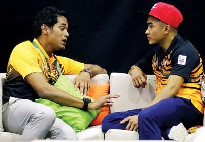青年与体育部长凯里(左)在阿兹祖摘铜和发文的隔天,在里约与阿兹祖会面交流。