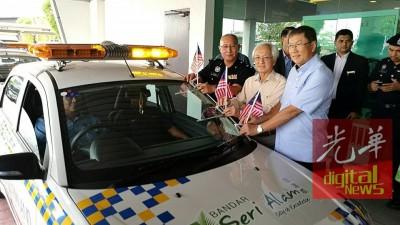 佐哈里(左起)出于龙莆龙与李亚财陪,啊之里亚南产业私人有限公司的亚部巡逻车主持开幕。