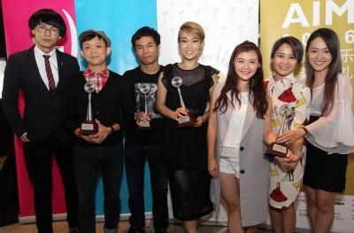 速食时代主唱Kent(左起)、 Elwy、刘永辉、赖淞凤、M-Girls的王雪晶、燕子和阿妮现身领奖。