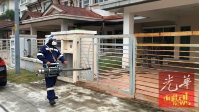 卫生局人员及首宗兹卡病患的人家喷射灭蚊雾,到底消灭黑斑蚊。