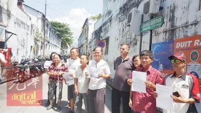 """迈克(右4)和部分受影响居民表达不满,有租户更说""""乔治市快成迷你新加坡""""了。"""
