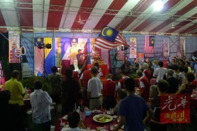 """巫裔村民上台高歌爱国歌曲《Tanggal 31》,全场热血沸腾,村民挥舞国旗和音""""Merdeka""""!"""