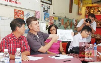 迈克(左2)展示相关资料,新加坡World Class land's已购下姓王公司边(Lorong Bertam)两排共26间和面向槟榔律的6间双层战前屋。