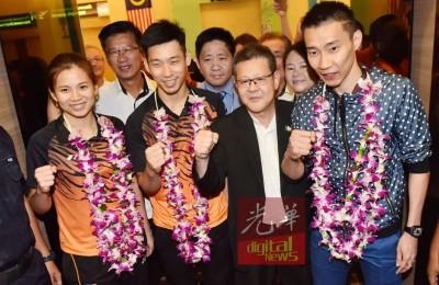 (左起)吴柳萤、陈炳顺、陈德安及李宗伟从槟城机场贵宾室出来。