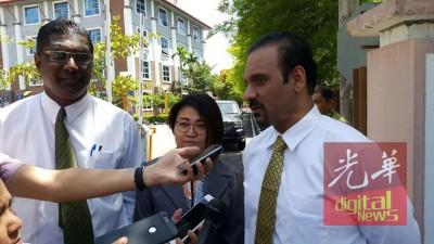 双溪槟榔州议员林秀琴于上午11时45分,在代表律师雷尔及蓝卡巴陪同下,从槟州反贪会大厦走出来。