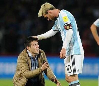 球迷狂奔入场下跪膜拜梅西。阿根廷球迷打出标语:谢谢你,但不原谅。