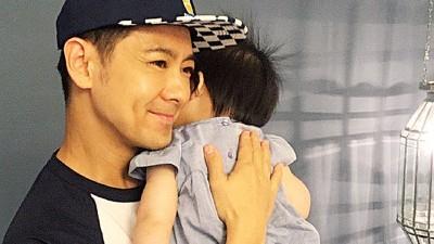 """林志颖抱着妹妹的女儿,说""""讨讨喜气"""",引粉丝怂恿,要他再拼一个女儿。"""