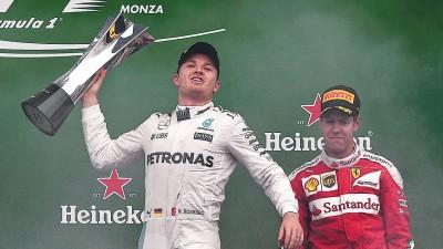 罗斯博格(左)在领奖台上意气风发的展示自己本赛季夺得的第7个分站冠军。
