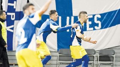 科索沃历史首球由贝里萨(右)攻入。